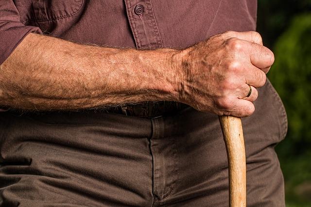 ruka starého muže
