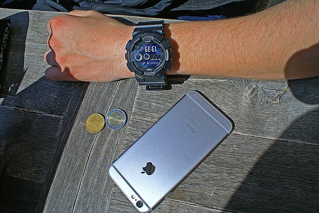 mobil hodinky peníze