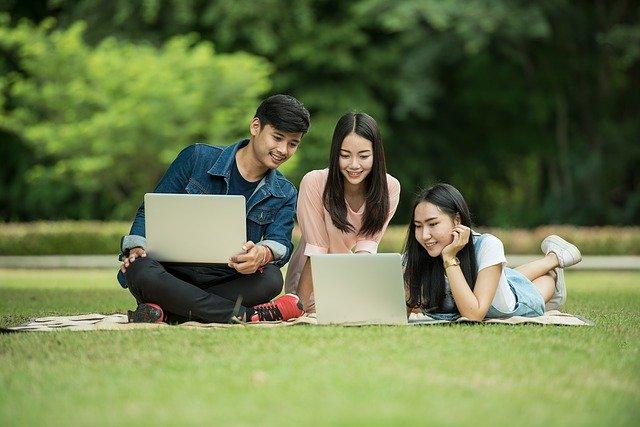 skupina studentů