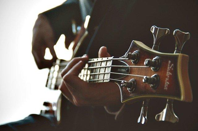 hra na baskytaru
