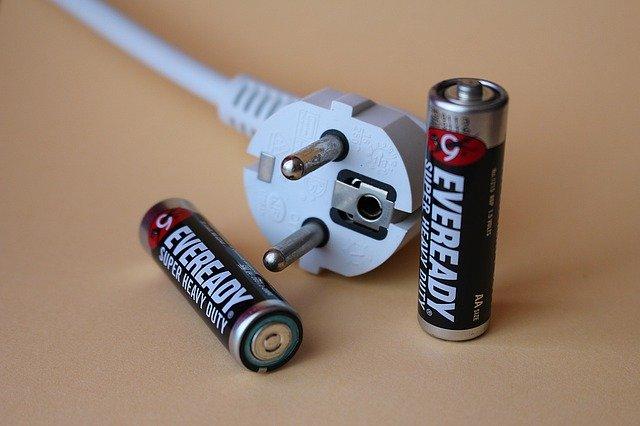 zástrčka a baterie