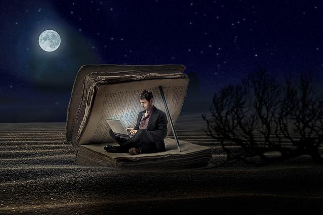 Muž v knize s notebookem