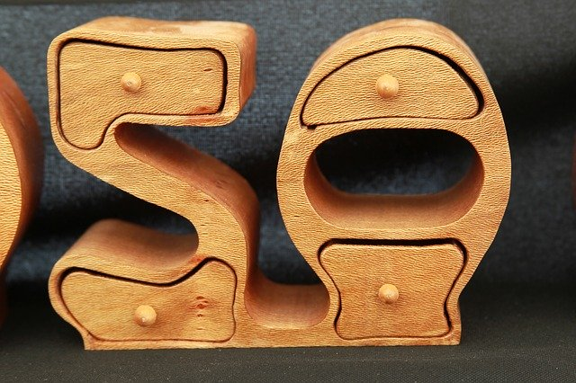 Dřevěná číslice představující padesátku